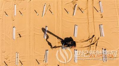 内蒙古达拉特旗沙漠集中式光伏发电基地复工忙